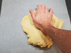 Fraser la pâte pour s'assurer que tous les éléments sont mélangés