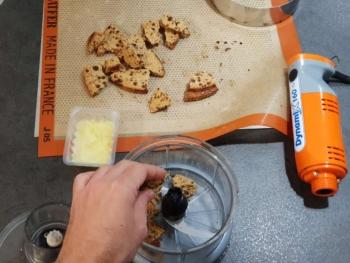 Une fois la pâte froide, la briser en morceau et la mettre dans votre cuve de robot équipé d'une lame