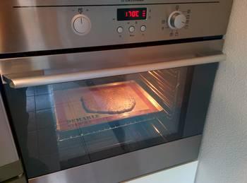 Étaler la pâte d'une manière uniforme et l'enfourner à four moyen jusqu'à avoir une belle coloration