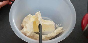 Réserver le beurre crémé dans un bol