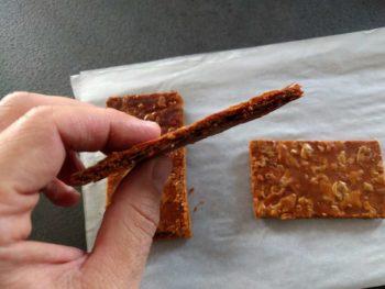 Découper votre pâte feuilletée bien cuite et caramélisée