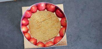 Mettre un fond de biscuit, l'imbiber et déposer des moitiés de fraises