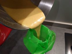 Verser la pâte dans une poche à douille