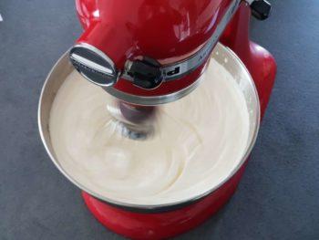 Monter la crème jusqu'à avoir une belle texture souple, qui tient tout juste et surtout pas ferme