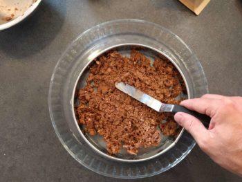 Étaler sur un biscuit ou à l'intérieur d'un moule et éventuellement congeler pour le manipuler