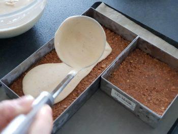 Déposer la mousse praliné sur la couche de biscuit Joconde et croustillant praliné puis congelet