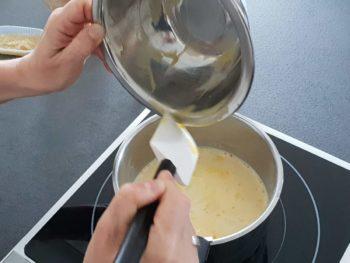 Verser le tout dans le lait dans une casserole