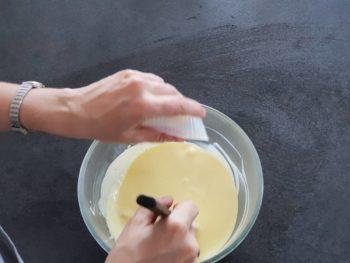 Y jeter la gélatine essorée puis mélanger jusqu'à complète dissolution