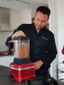Continuer à mixer et mélanger régulièrement pour recenter la masse