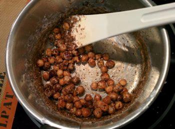 Continuer à mélanger jusqu'à que le sucre refonde en caramel
