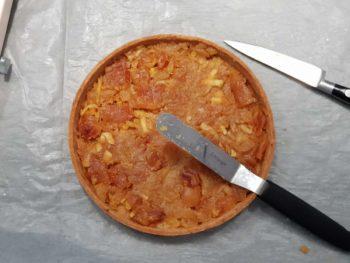 Recouvrir le fond de tarte généreusement de compote de pomme