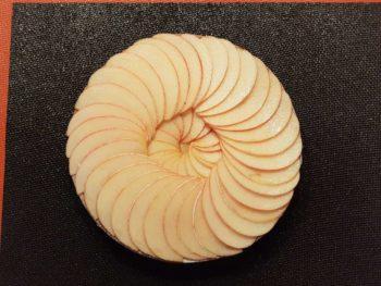 Déposer dessus, de manière gracieuse, les lamelles de pommes.