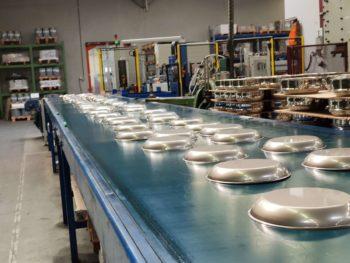 Les poêles (et casseroles) sont ébavurées puis lavées
