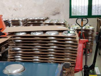 Les casseroles et poêles sont ensuite stockés en attendant leurs fonds thermodiffuseur