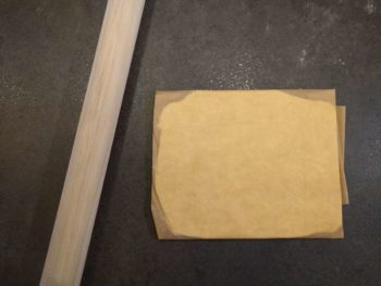 Étaler le beurre de tourage dans le papier cuisson