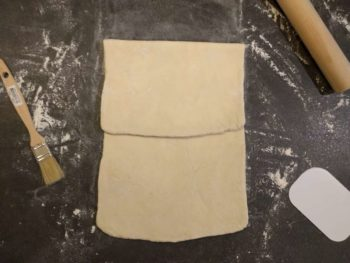 Faite un premier tour de votre pâte feuilletée en repliant le tiers du haut