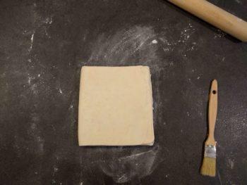 Puis en repliant la partie basse, laisser reposer un peu la pâte et recommencer fois l'opération