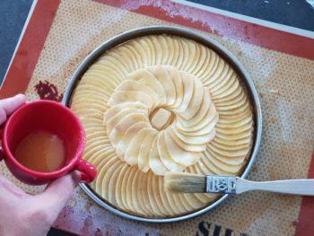 Après 25 min de cuisson, sortir votre tarte aux pommes fines et badigeonner de beurre clarifié à nouveau