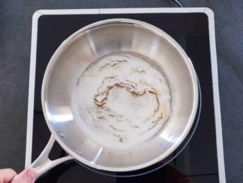 Dès la première fumée, baisser de moitié et secouer la poêle pour mélanger le sucre
