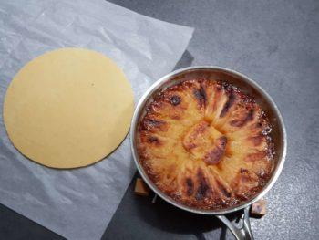 Sortir votre tarte avec précaution (la queue de la casserole est chaude...)