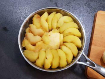 Déposer les quartiers de pommes très serrées dans votre poêle ou moule tatin