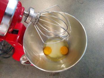 Monter le sucre avec le oeufs