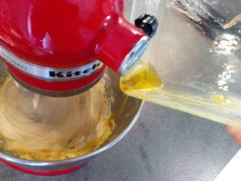 Puis ajouter le beurre fondu froid