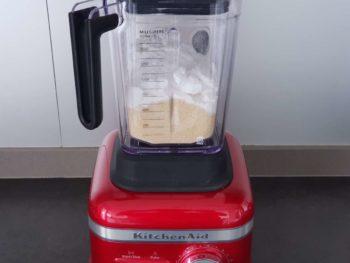 Mixer en plusieurs fois la poudre d'amande avec le sucre glace
