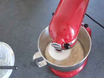 Pétrir à basse vitesse en ajustant la quantité d'eau qui peut varier en fonction de la farine