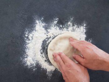 Dessiner les futurs bords de votre pâte à pizza