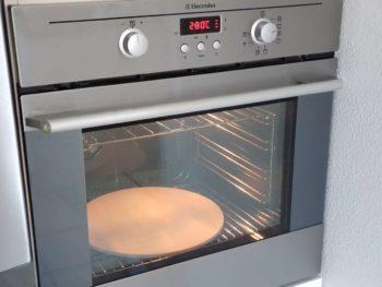 Préchauffer votre four à fond (chaleur statique) et avec une pierre à pizza
