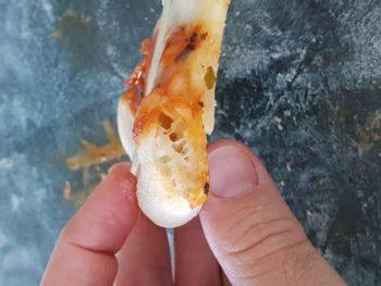 Regarder cette pâte assez fine et croustillante, aérée et moelleuse sur l'extérieur, un régal...