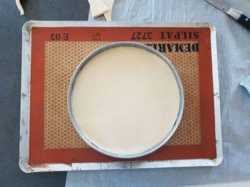 Découper la pâte feuilletée à la taille de votre cercle à tarte