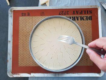 Piquer la pâte feuilletée pour éviter qu'elle ne gonfle exagérément