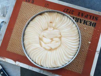 Mettre les chutes de poires au centre de la tarte fine