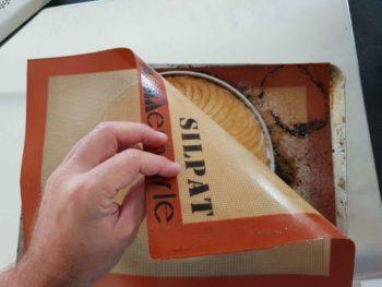 Déposer un papier cuisson ou silpat dessus