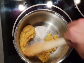 Ajouter la farine, mélanger puis remettre sur le feu pour dessécher la pâte