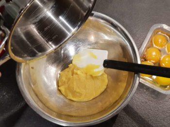 Au bout de quelques minutes, verser la panade desséchée dans un cul de poule