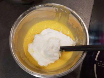 Ajouter 1/3 des blancs et mélanger doucement, recommencer encore deux fois.