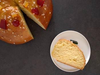 Une part du gâteau des rois brioché
