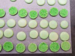 Rassembler vos coques de macarons au chocolat menthe par paire