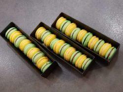 Assembler vos macarons, les placer dans des boites au réfrigérateur durant 24h.