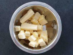 Découper le beurre à température ambiante