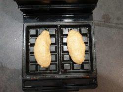 Déposer un pâton de gaufre liégeoises dans chaque emprunte et fermer votre gaufrier
