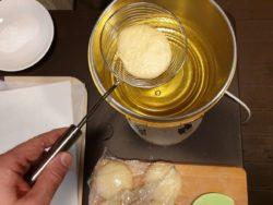 Une fois la seconde pousse terminée, plonger délicatement dans une huile à 170°C