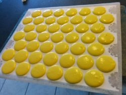 Macarons pochés sur mon gabarit de macarons à imprimer