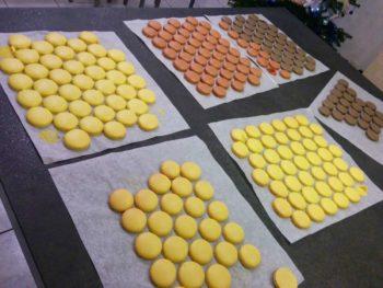 Après cuisson, laisser refroidir vos macarons avant de les décoller