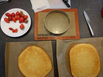 Préparer vos biscuits en découpant 2 cercles de diamètre inférieur au diamètre final
