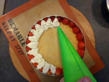 Garnir généreusement de crème mousseline entre les fraises, un peu de crème sur le biscuit, déposer les fraises gélifiées, recouvri d'un peu de crème, de nouveau le biscuit et de crème à nouveau pour lisser à raz