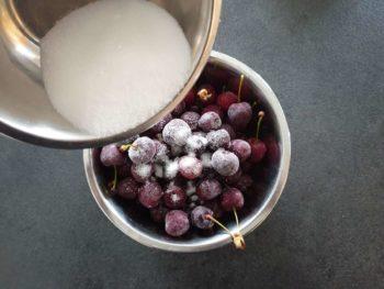 Optionnel : démarrer le clafoutis en mélangeant un peu de sucre aux cerises